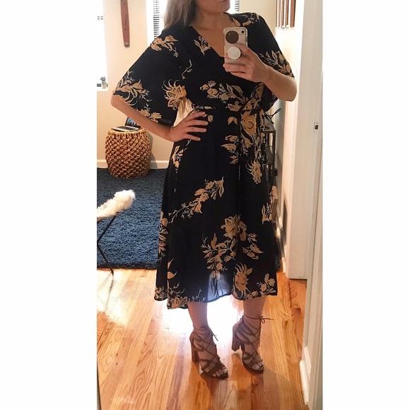 Dresses & Skirts - Flattering, Flowy, & Floral Wrap Dress!!